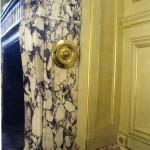 Plinthe en brèche violette en raccord avec le vrai marbre de la cheminée, patine et filets à la feuille d'or sur les murs