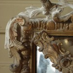 Détail d'un cadre en bois doré en cours de restauration