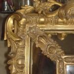 Détail d'un cadre en bois doré après restauration