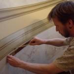 Faux marbres et moulures en trompe l'œil en cours de réalisation