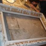 Cadre en bois doré en cours de restauration