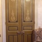 Ornements et filets de bronzine sur portes