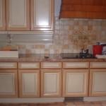 Deuxième vie pour une cuisine rustique en chêne : patine deux tons avec filets colorés