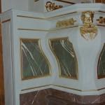 Faux marbres et dorure sur l'autel d'une église